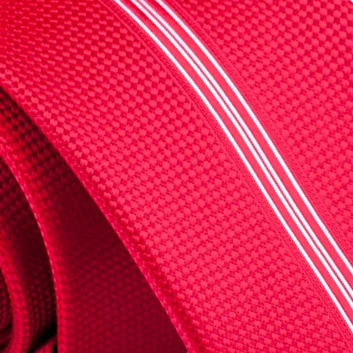 Červená kravata s pruhem detail