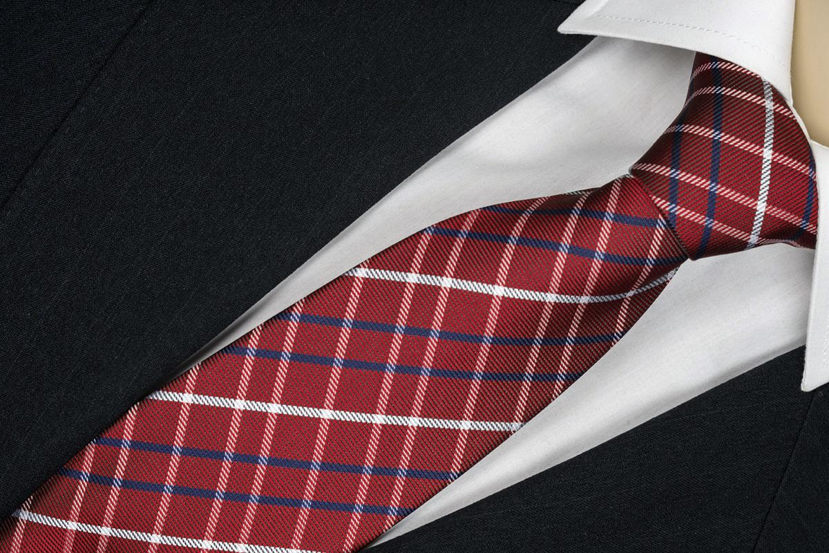 Červená kravata se vzorom