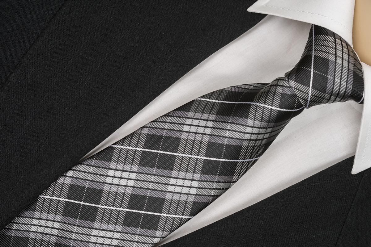Sivá kravata se vzorom