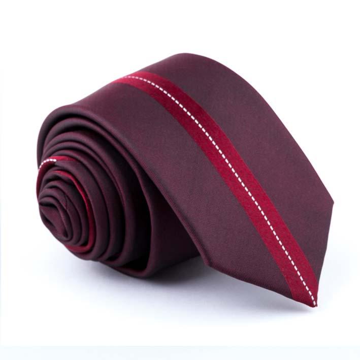tmavo červená kravata s pruhom